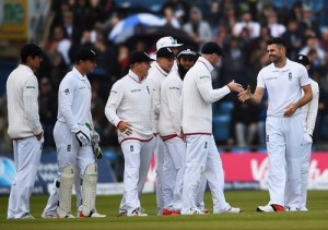 England players congratulate Anderson for 400 wickets in test.