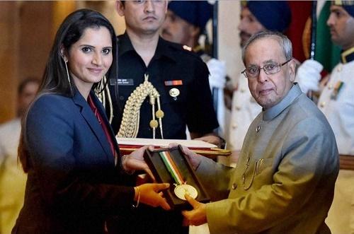 Sania Mirza receives Rajiv Gandhi Khel Ratna Award.