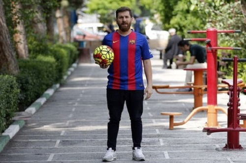 Reza Parastesh learning Lione Messi football skills